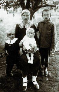 Meta Pflugfelder-Baun 1943 in Ludwigstal/Gebiet Saporoschje mit ihren Kindern Lilly und Walter sowie dem Neffen Heinrich Baun.