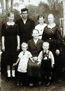 Familien Baun und Pflugfelder 1944 in Deutschland. Die Großmutter Christine Baun mit ihren drei Töchtern Antonie, Erna und Meta mit Ehemann Reinhold Pflugfelder. Vorne die Kinder Lilli und Harry.