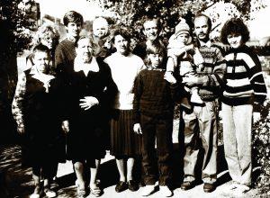 Die Familien Pflugfelder, Baun, Deitche und Humenick 1992 in Batamschinsk vor der Ausreise nach Deutschland.