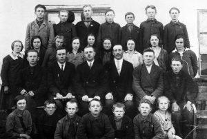 1930er Jahre: Lehrer und Schüler in Marienheim, Ukraine.