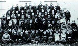 Oben: Lehrer und Schüler 1915 in Alt-Rotowka, Gebiet Rostow am Don. Unten: Die ehemalige Mädchenschule in Chortitza am Dnjepr.